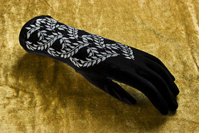 Velvet gloves with vine print in silver